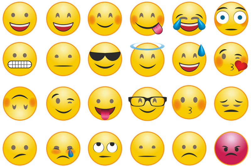 在日常的文字訊息與網路社交,我們常常會習慣加入表情符號(Emoji)和貼圖來表達現在的心情及情緒,以下剖析此行為背後的三個心理學,快來看看吧!(圖/pixabay)