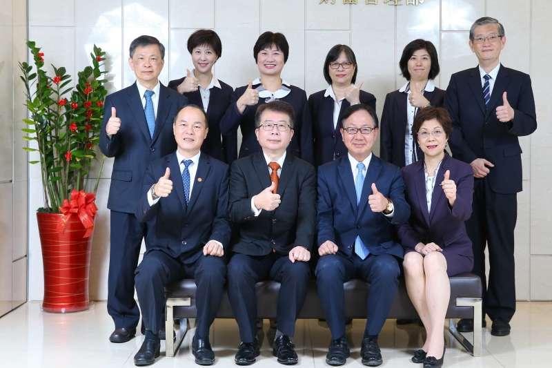 華南銀行(前排右二為華南銀行總經理張振芳)個金群團隊攜手安聯投信,在資產配置及基金挑選上為投資人進行雙重把關。(華南銀行提供)