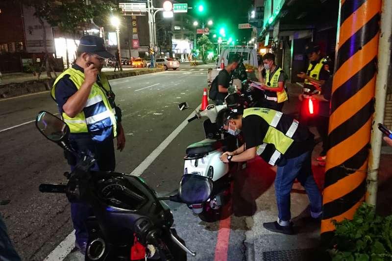 環保局聯合警察單位於陳情熱區加強夜間攔查並利用科技執法進行噪音車輛管制。(圖/新北市環保局提供)