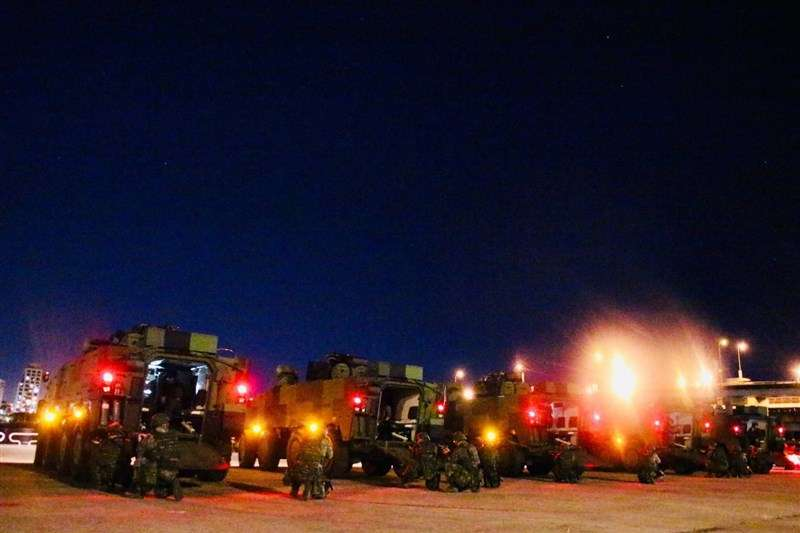 20200819-憲兵202指揮部裝步239營18日凌晨就進行夜間戰術機動演練。(取自青年日報)