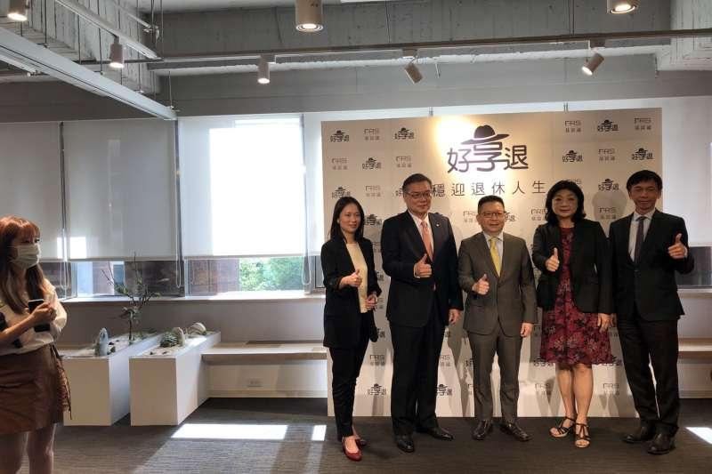 基富通董事長林修銘(右三)表示,「好享退」自8月18日開放申購以來僅兩天的時間,新增申購人數達千人的水準,申購情況十分踴躍。(林哲良攝)