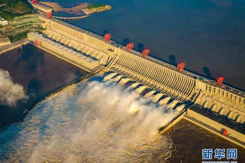 8月19日,長江三峽水利樞紐工程開啓洩洪深孔洩洪。實時水情顯示,8月19日12時,三峽水庫入庫流量漲至每秒72000立方公尺,超過建庫以來最大值。(新華社)