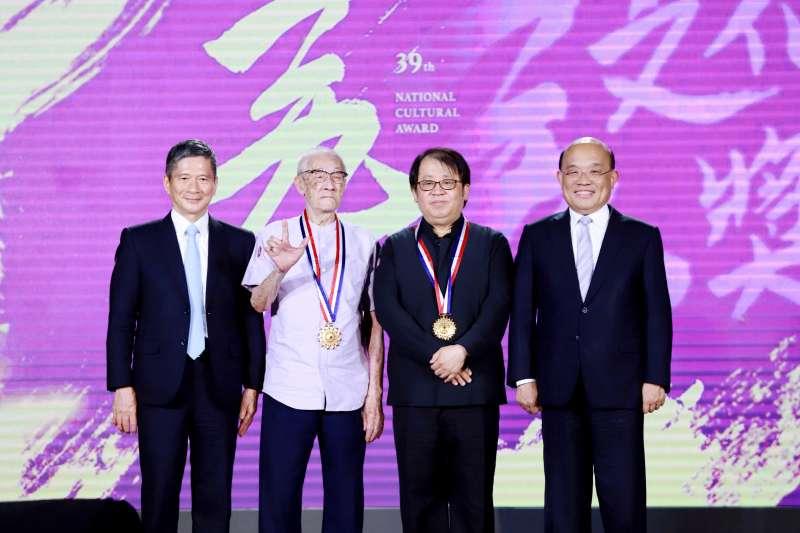 20200820-第39屆行政文化獎今舉行頒獎典禮。左起為文化部長李永得、得獎者陳錫煌、打擊音樂家朱宗慶與行政院長蘇貞昌。(文化部提供)
