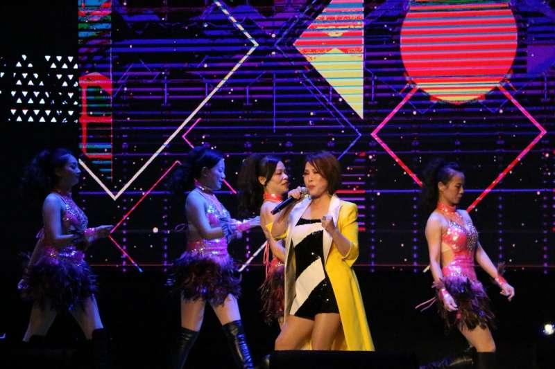 葉璦菱以經典歌曲「陽光森巴」揭開演唱會序幕(圖/新北市文化局提供)