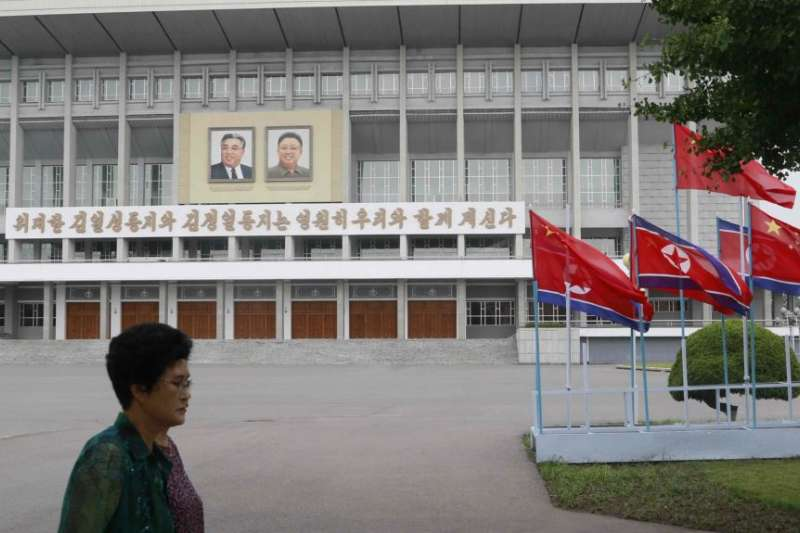 中國領導人習近平訪問平壤之際,平壤街頭的朝鮮與中國國旗。(美國之音)