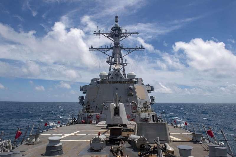 美軍驅逐艦馬斯廷號(USS Mustin)19日在台灣海峽巡弋演練。(美國海軍官網)