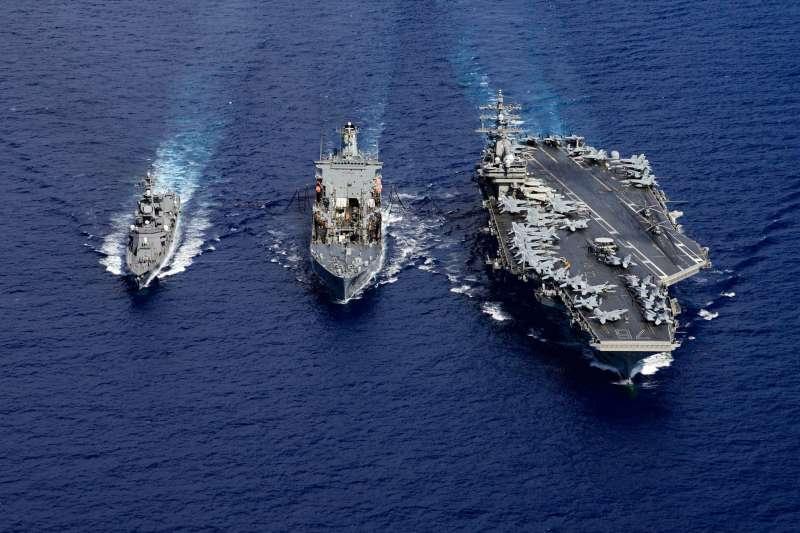 圖為日本自衛隊公布的資料,美軍雷根號航空母艦在沖繩以南海域與自衛隊進行共同演練。(日本海上自衛隊)
