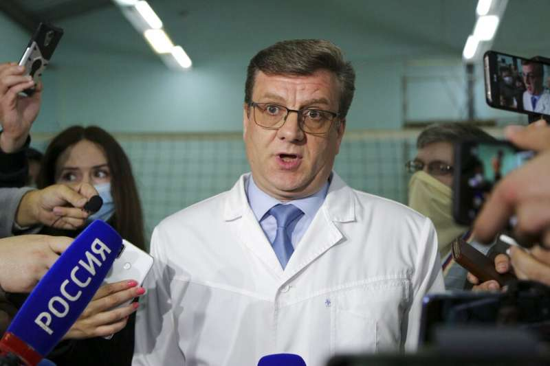 俄羅斯鄂木斯克第一醫院醫師談論反對派領袖納瓦爾的病情。(AP)