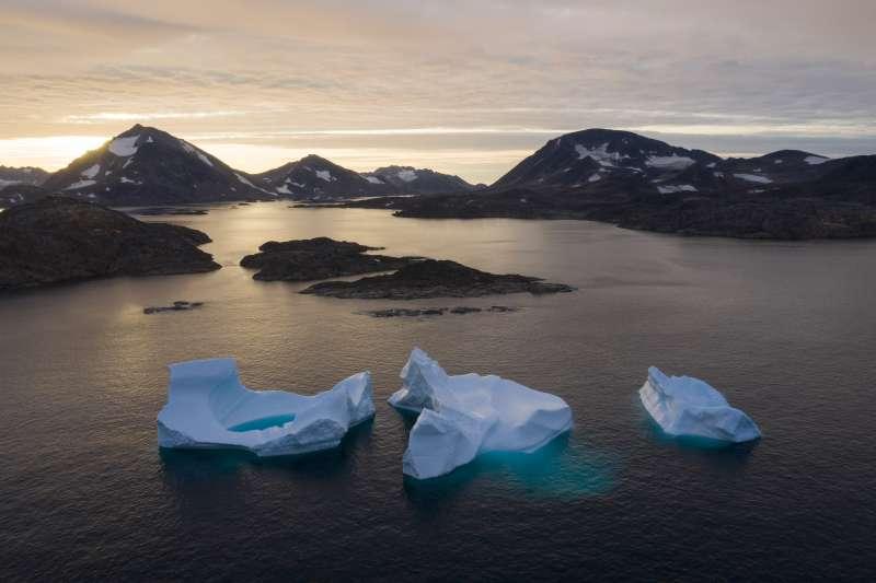 世界氣象組織(WMO)最新觀察報告指出,地球暖化持續,未來5年極有可能「更熱」。圖為格陵蘭島在2019年融冰量破紀錄,足以讓整個加州覆蓋1.25公尺深的水。(美聯社)