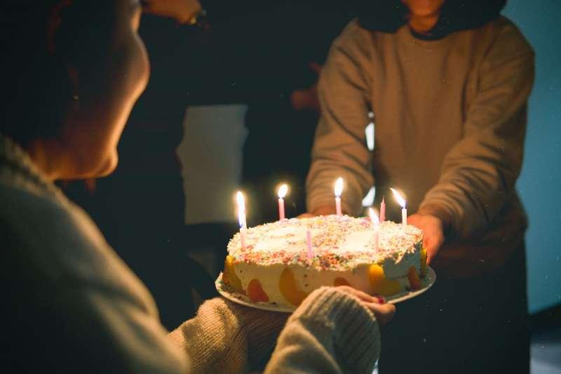 鬼月晚上慶生,可能會吸引好兄弟在旁邊和你一起吹蠟燭...(圖/取自pexels)