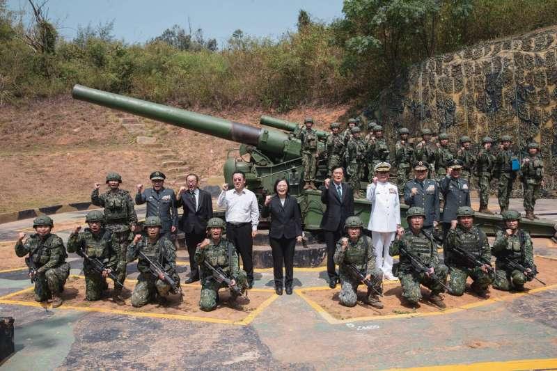 總統蔡英文到金門,不忘回嗆前總統馬英九,「在國家內部找敵人沒有意義」,圖為蔡英文視導240砲陣地。(國防部提供)
