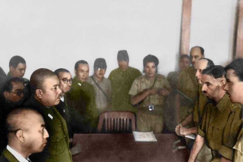 1942 年2月15日馬來亞英軍總司令白思華中將步往武吉知馬的福特汽車裝配廠,向日軍投降。對於大英帝國而言,這代表了恥辱的一刻。(圖/徐宗懋圖文館)