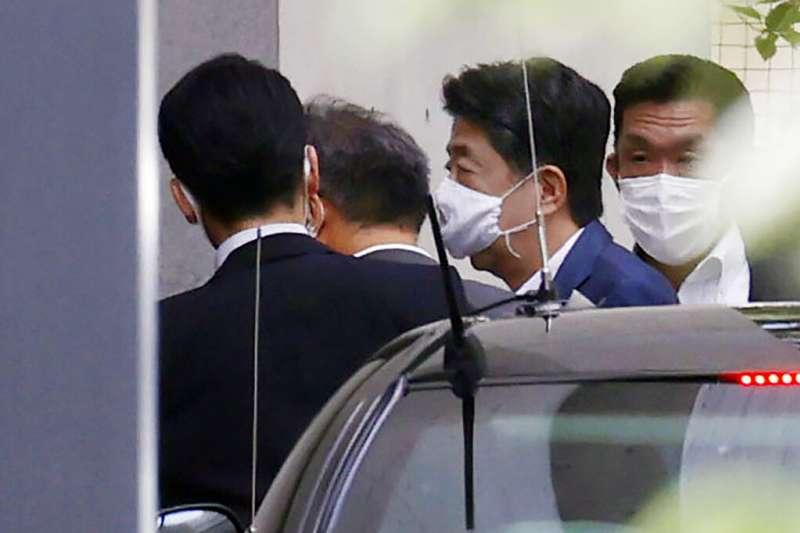 日本首相安倍晉三24日又到慶應大學報告,再次引發外界關注他的健康狀況。(美聯社)