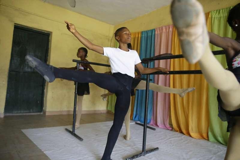 奈及利亞11歲男童馬杜(Anthony Mmesoma Madu)「雨中芭蕾」走紅。(美聯社)