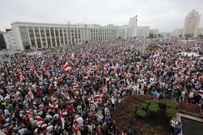 8月23日,大批白羅斯民眾在首都明斯克的獨立廣場示威抗議。(美聯社)