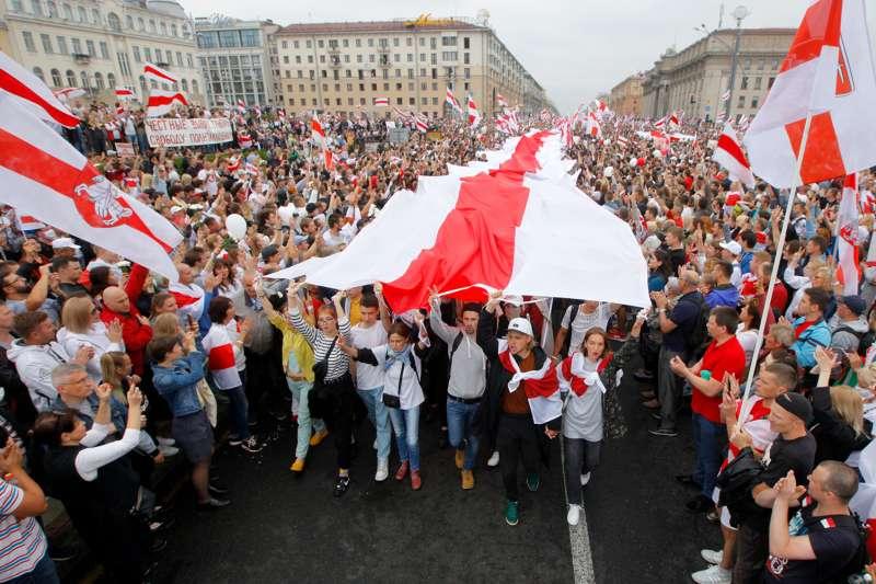 8月23日,大批白羅斯民眾在首都明斯克的獨立廣場示威抗議(美聯社)