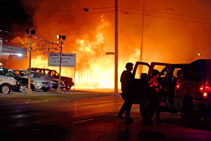 美國威斯康辛州基諾沙市29歲非裔男子布雷克23日在自家休旅車內遭到員警開槍,引發民眾群情激憤,上街示威。(AP)