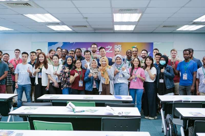 民進黨第三屆「Road to Democracy」外籍生營隊26日正式展開。(民進黨中央提供)