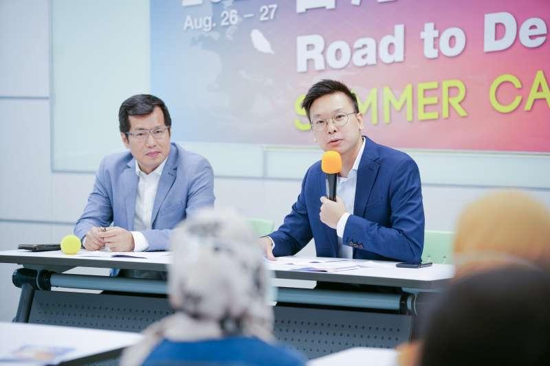 20200826-民進黨第三屆「Road to Democracy」外籍生營隊26日正式展開,民進黨副秘書長林飛帆(右)開幕致詞。(民進黨中央提供)