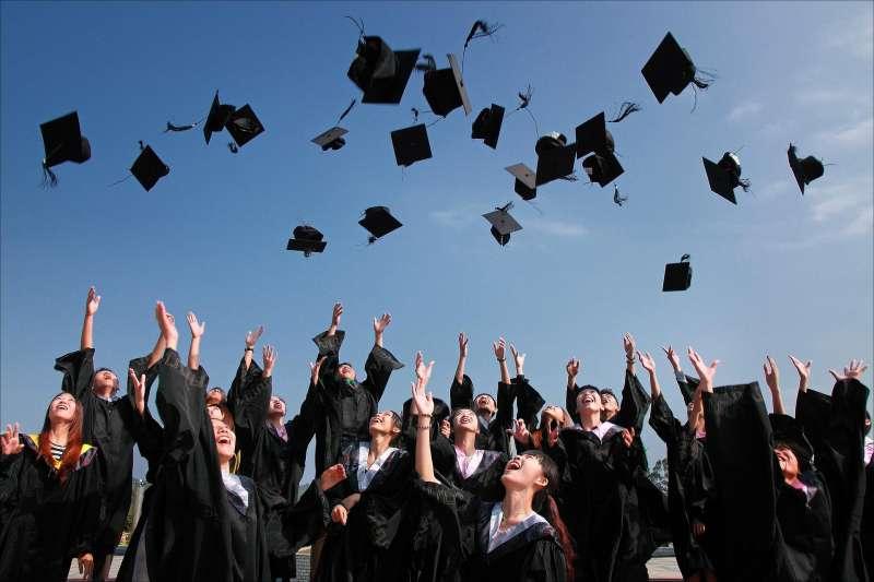 又是畢業季!不少新鮮人準備踏入職場,然而,關於大學畢業薪資的論戰再度被挑起...(圖/paseidon@ pixabay)