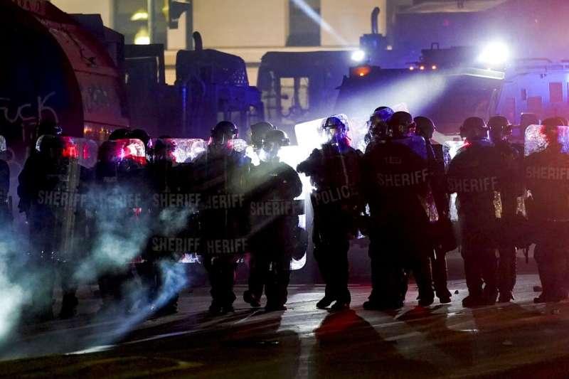 美國威斯康辛州基諾沙市29歲非裔男子布雷克8月23日在自家休旅車內遭到員警開槍,引發民眾群情激憤,上街示威。(AP)