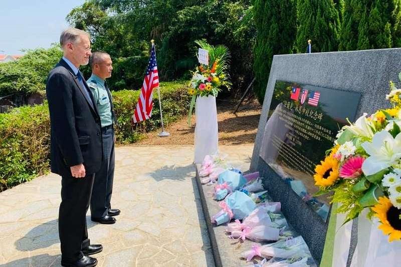 AIT處長酈英傑在金門像兩位亡逝於八二三砲戰的美軍致敬。(AIT臉書)