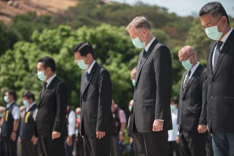 美國在台協會台北辦事處處長酈英傑2020年8月23日在金門參加紀念1958年823戰役活動,與台灣總統蔡英文一起向當年在戰役中犧牲的官兵致敬。(美國在台協會臉書)