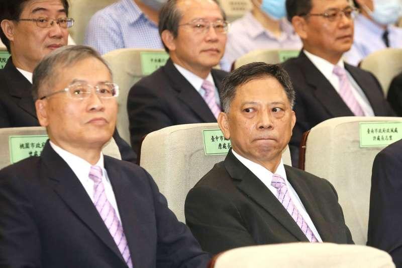 台中市政府新任政風處長詹政曇(前排右)8月25日在法務部宣誓就職,但他態度低調。(柯承惠攝)
