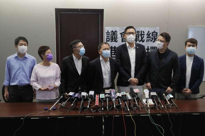 2020年8月26日,香港立法會民主派議員許智峯(左1藍衣)和林卓廷(左3)遭警方逮捕(資料照,AP)