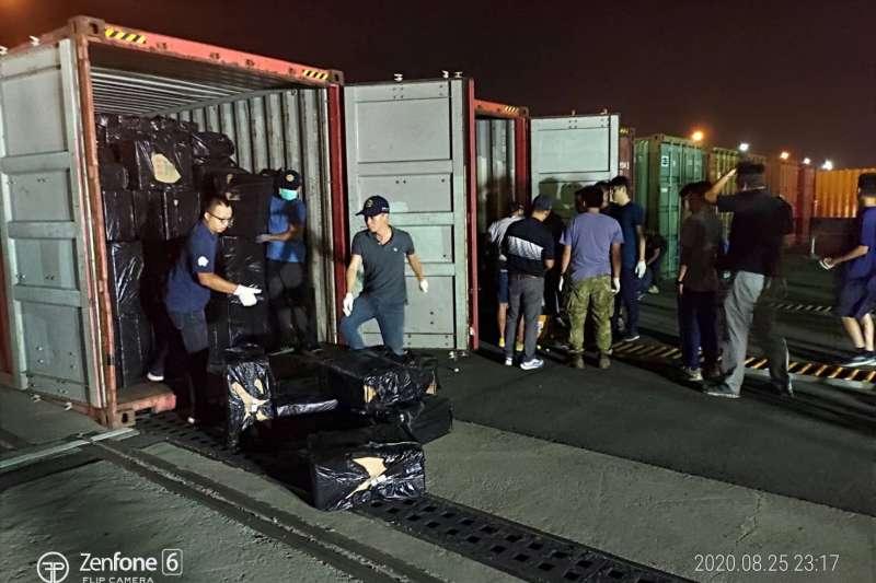 20200826-海巡署偵防分署鳳山查緝隊25日於台中港18號碼頭貨櫃查獲大批走私未稅香菸。(海巡署提供)