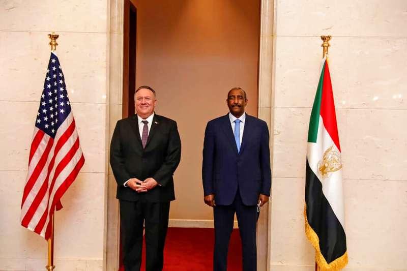 美國國務卿龐畢歐8月25日與蘇丹軍方領導人、軍事委員會主席柏罕(Abdel Fattah al-Burhan)會晤。(AP)