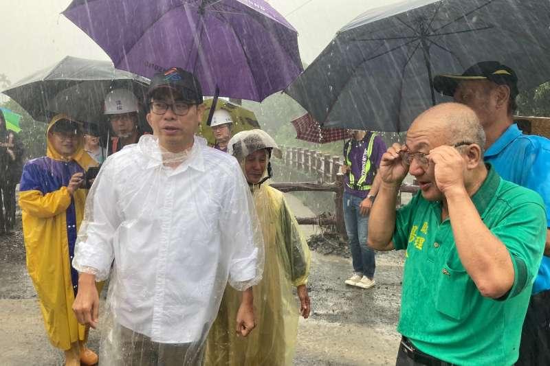 高雄市長陳其邁(左)27日至六龜山區視察視察野溪整治及土石流潛勢點。(取自陳其邁臉書)