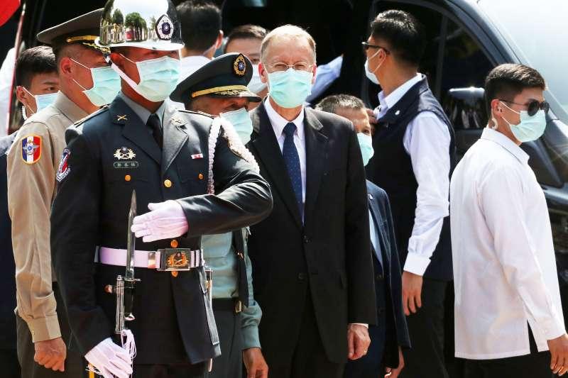 20200823-美國在台協會(AIT)處長酈英傑(中)在金門出席八二三砲戰62周年紀念儀式。(蘇仲泓攝)