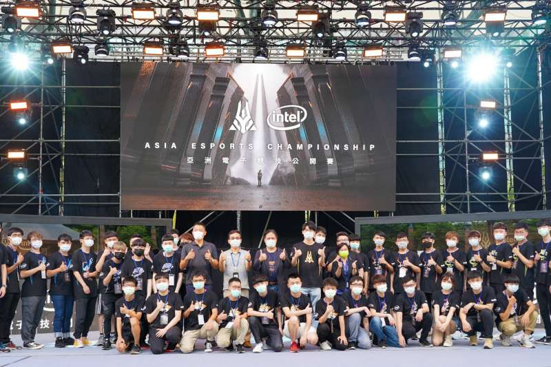 「2020亞洲電子競技公開賽」英雄聯盟6大分區開戰,市長吳明機與出席活動貴賓合影。(圖/新北市經發局提供)