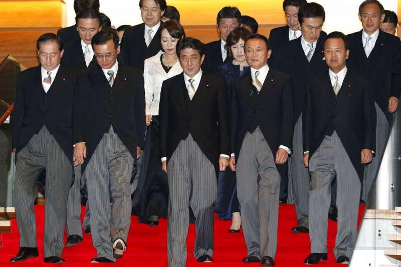 2012年12月,第二次安倍內閣上路。世人沒有預料到的是,上次以「短命內閣」狼狽收場的安倍,這次竟然足足做了7年8個月,打破日本政治史的紀錄。但更讓人意外的是,在打破紀錄後不久,安倍竟然又因為相同的原因(潰瘍性大腸炎)閃電請辭。(美聯社)