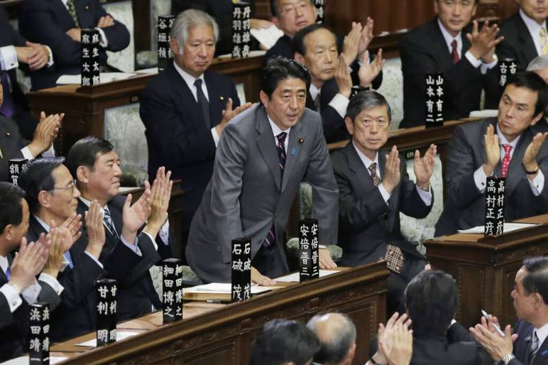 2012年12月26日,安倍晉三再次以首相身份接受國會議員祝賀。(美聯社)