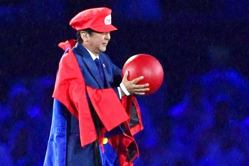 2016年8月21日,安倍晉三在巴西的里約奧運閉幕式上化身「安倍瑪利歐」,推銷四年後的2020東京奧運。那時沒人預料到,新冠病毒改變了2020年的整個地球,連東京奧運都因此延期。(美聯社)