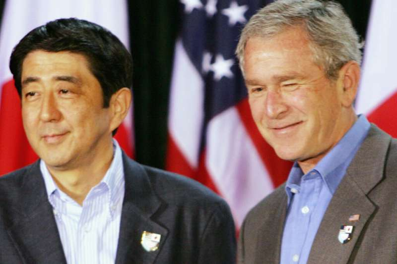 2007年4月27日,當時年僅52歲的安倍(第一次安倍內閣)與時任美國總統的小布希。(美聯社)