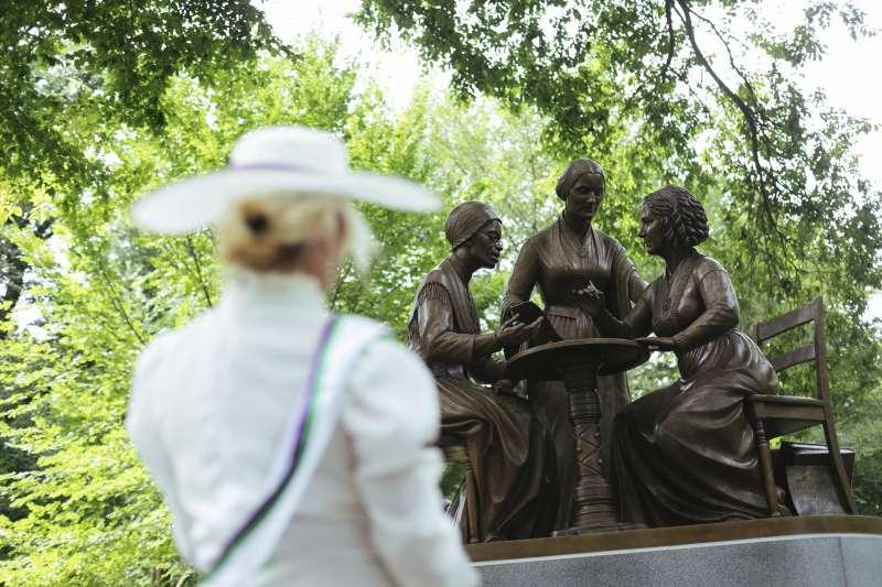 圖為美國紐約中央公園設立女權運動先驅蘇珊.安東尼、伊麗莎白.卡迪.史坦頓、索傑納.特魯思的雕像(美聯社)