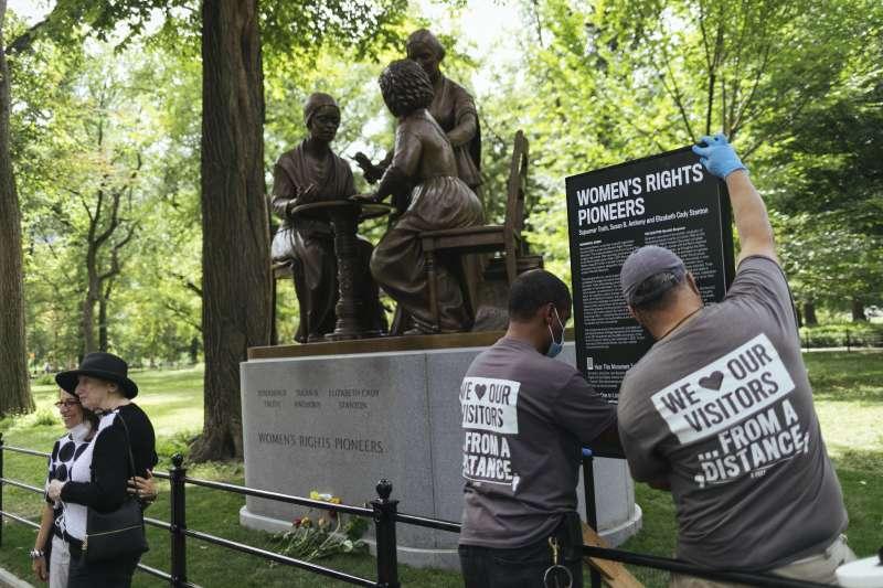 美國紐約中央公園設立女權運動先驅蘇珊.安東尼、伊麗莎白.卡迪.史坦頓、索傑納.特魯思的雕像(美聯社)