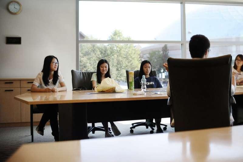 新冠疫情阻斷許多中國留學生的海外求學路,部分學生不得不考慮回國讀書。(美聯社)