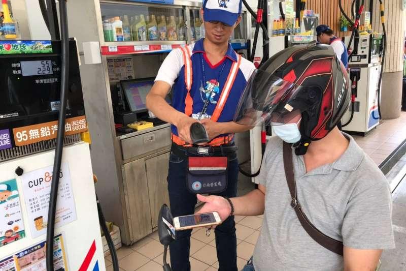 台灣中油公司自9月1日至9月30日推出「防疫新生活 加油去旅遊」抽獎活動,獎項包含百輛機車、國內離島來回機票、台鐵環島列車套票。(台灣中油提供)