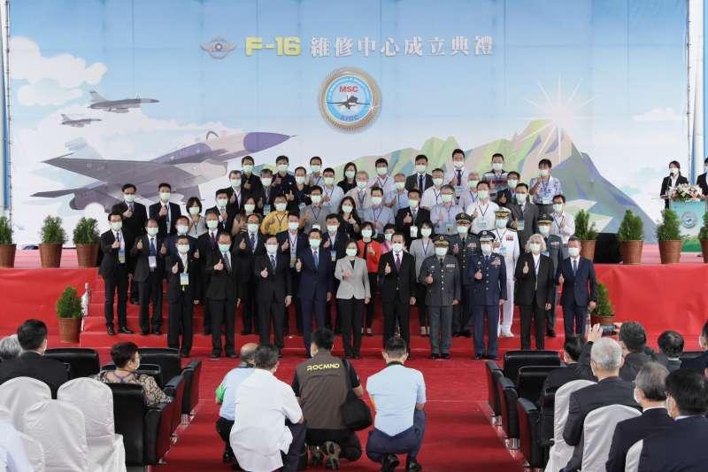 漢翔公司於今 (8/28)日舉辦「F-16維修中心成立典禮」,蔡英文總統親臨主持,並視導F-16維修中心,了解維修中心設置規劃現況及業務。(漢翔提供)