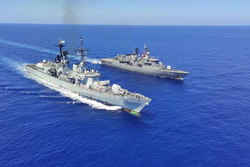 東地中海油氣鑽探爭議,義大利驅逐艦(左)加入希臘軍演。右為土耳其巡防艦。(AP)