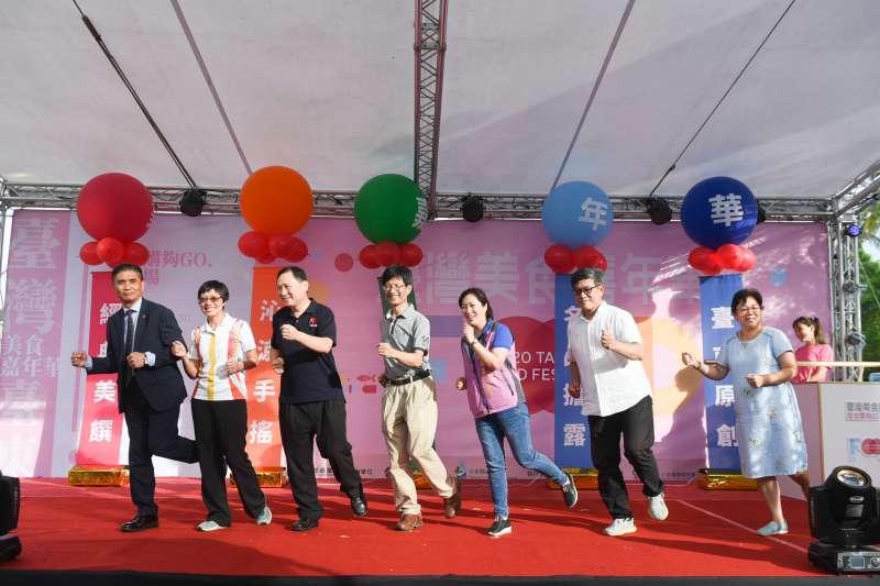 集合全臺50家以上知名品牌的「臺灣美食嘉年華」,8月28日起一連三天在臺東舊火車站旁鐵花路熱鬧舉辦。(圖/商業司提供)
