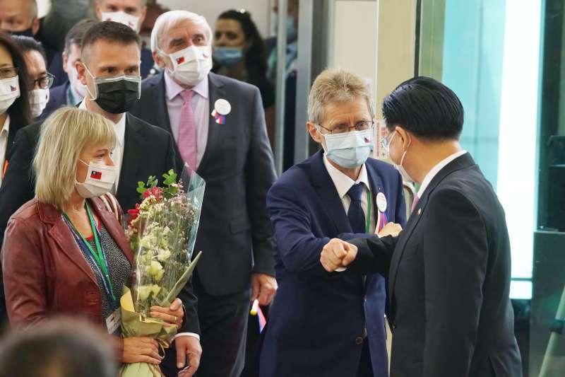 20200830-捷克參議院議長韋德齊30日率團訪台,與外長吳釗燮用手肘打招呼。(盧逸峰攝)
