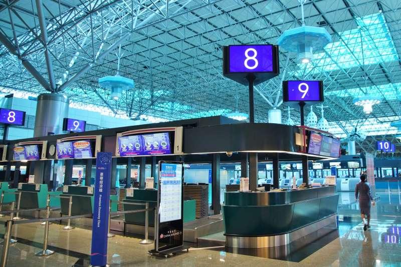 20200830-桃園國際機場一景,受疫情影響航班大幅取消,航廈空蕩蕩。(盧逸峰攝)