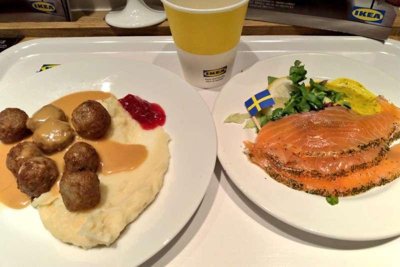 只要有逛過IKEA、Costco應該都吃過他們最有名的熱食區,但你是否曾好奇他們為何能賣得這麼便宜呢?(圖/取自haku_cbr250rr@Twitter)