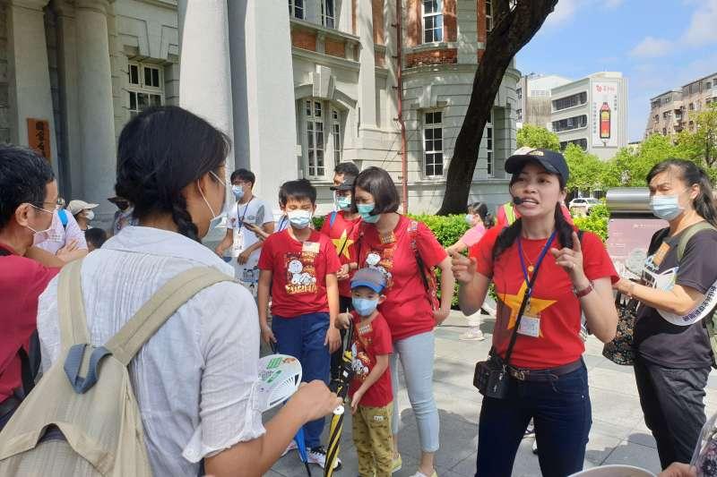 越南新住民童氏容擔任導覽員介紹臺南古蹟文化。(圖/新住民全球新聞網提供)