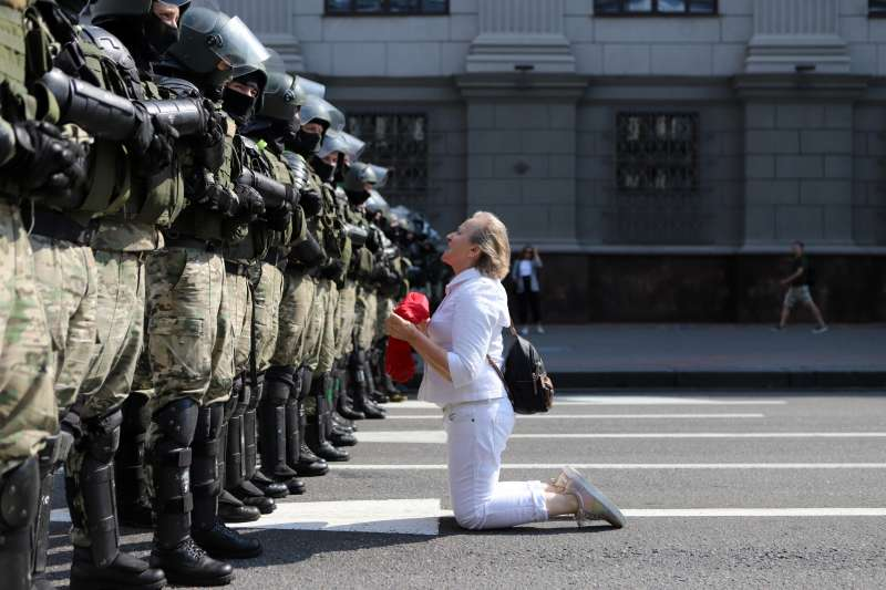 總統盧卡申科(Alexander Lukashenko)30日生日當天,逾10萬名抗議者聚集總統府前,要求壽星盧卡申科下台。(AP)
